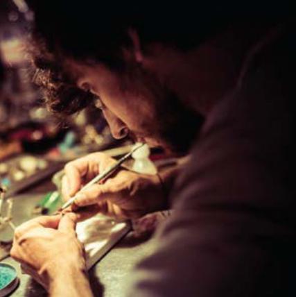 Maxime Macchi dans son atelier crédit photo Nous sommes des Héros