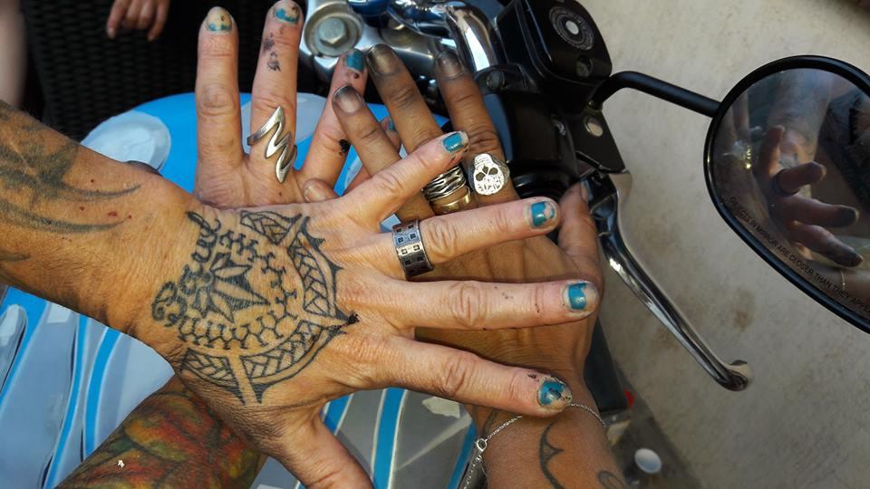 Femme et motarde jusqu'au bout des ongles