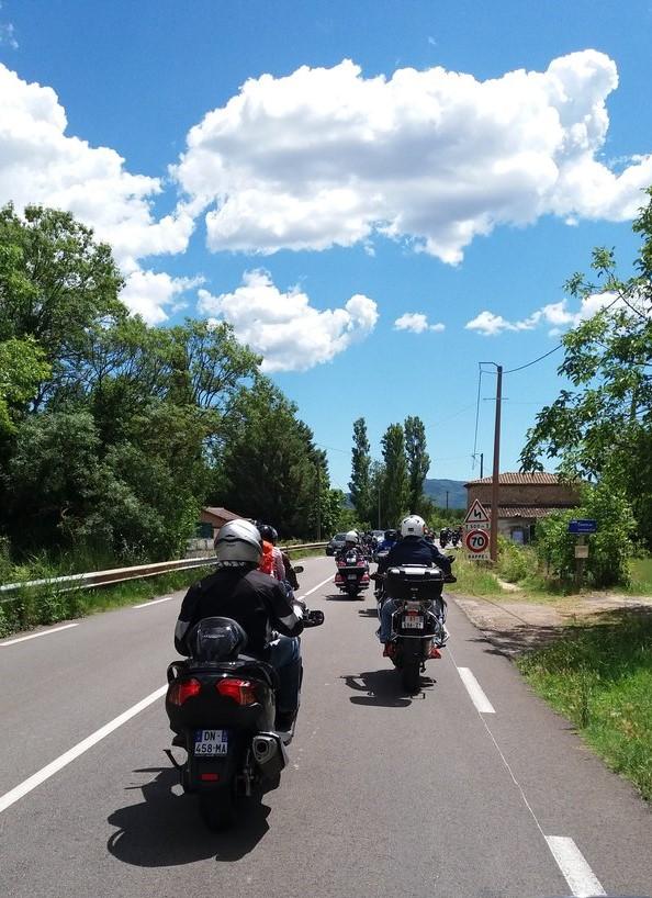 A Auriol En moto sous protection