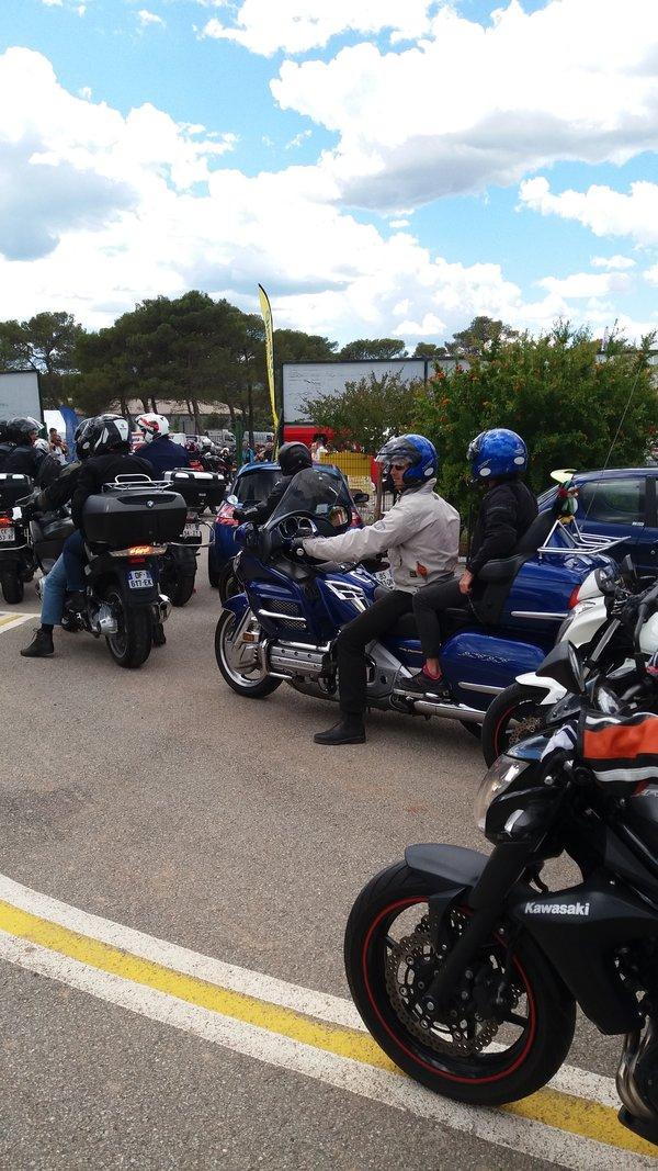 Sur le Circuit En moto sous protection