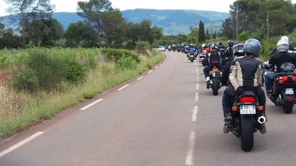 Sur la route En moto sous protection