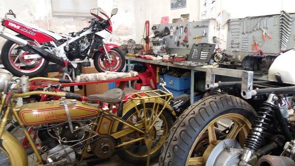 Atelier du musée de la moto En moto sous protection