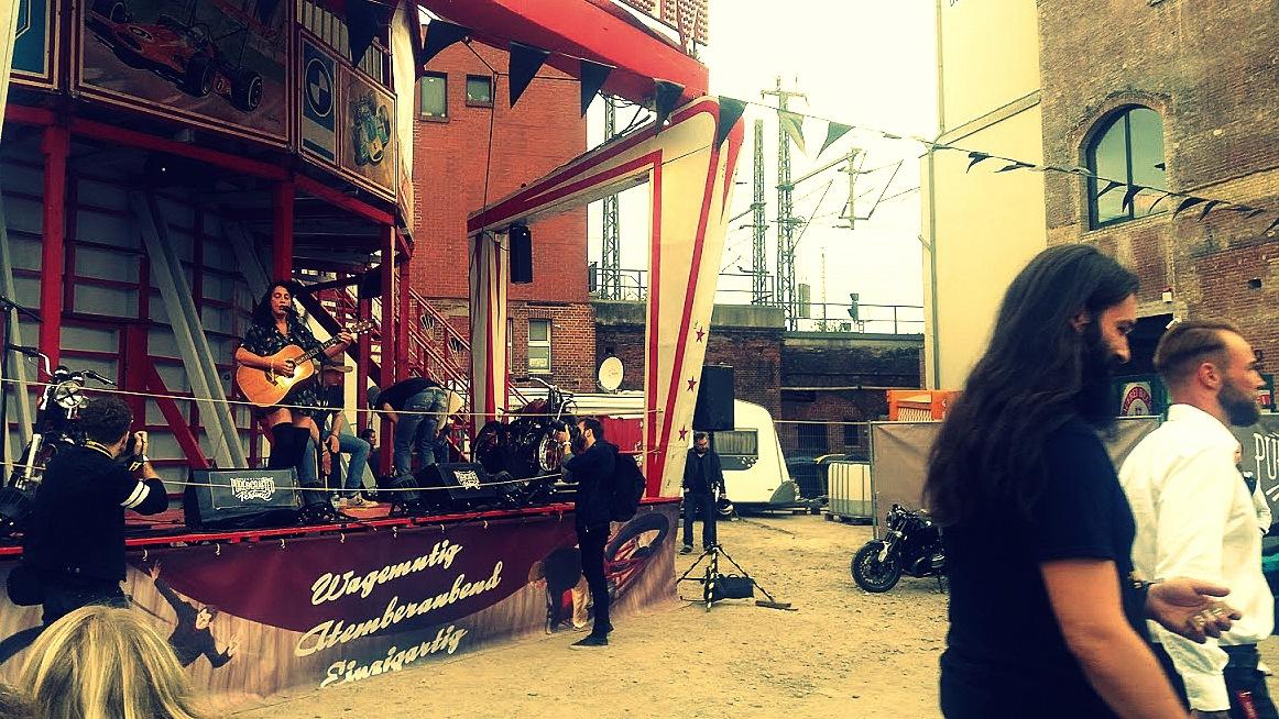 Concert de Laura Guidi au festival Pure and Crafted de BMW Motorrad