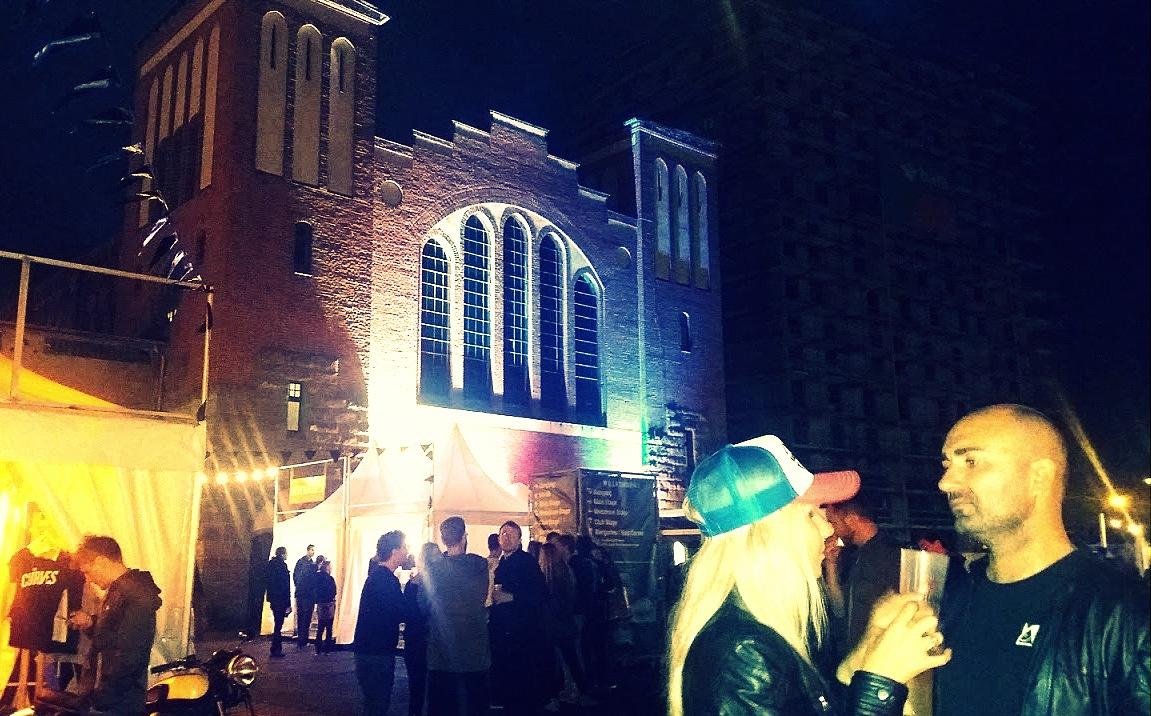 Ambiance de nuit au Postbanhnof au festival Pure and Crafted de BMW Motorrad