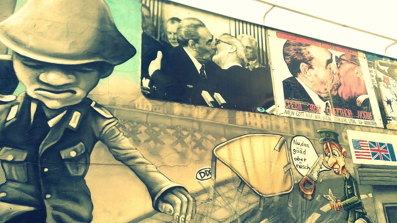 Souvenir de la guerre froide : Baiser de Brejnev et Honecker musée de motos à Berlin