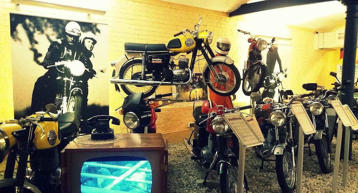 Motos et poste de télévision au musée de motos à Berlin