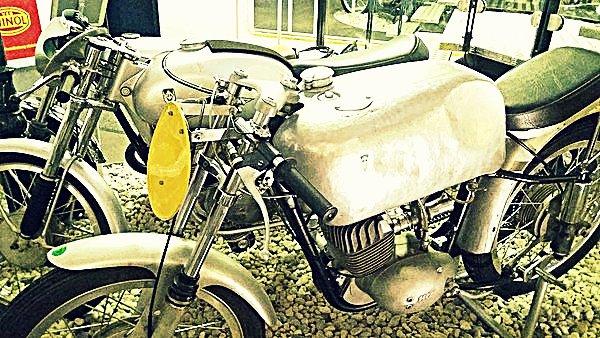 Motos non identifiées au musée de motos à Berlin