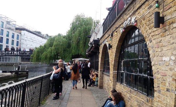 Passage pour le marche de Canden Town LONDRES NEO RETRO et BIO