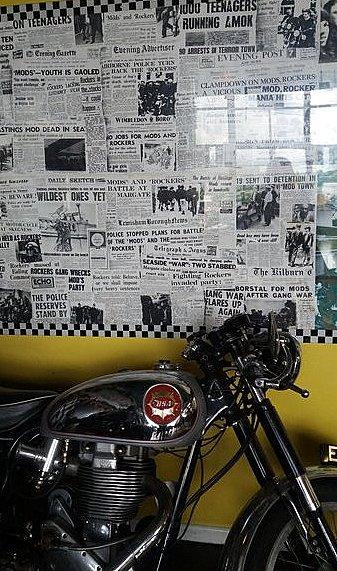 Moto et affiche Ace Café