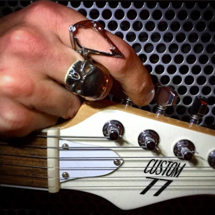 Bagues et guitare Crédit photo Nous sommes des Héros