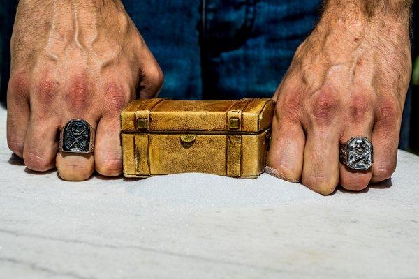 Bagues sur coffre de pirate Crédit photo Nous sommes des Héros