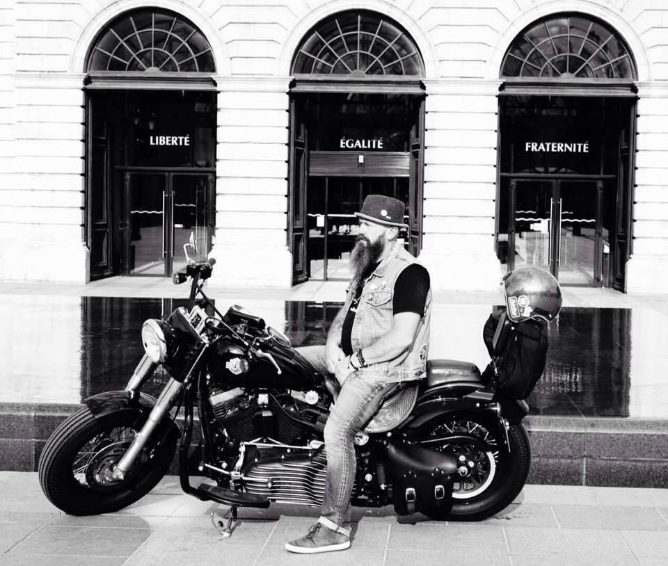 Fredo de Mise en Scène sur son Harley-Davidson
